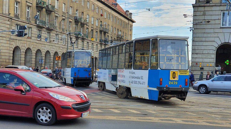 Wykolejenie tramwaju przy Arkadach [UTRUDNIENIA].