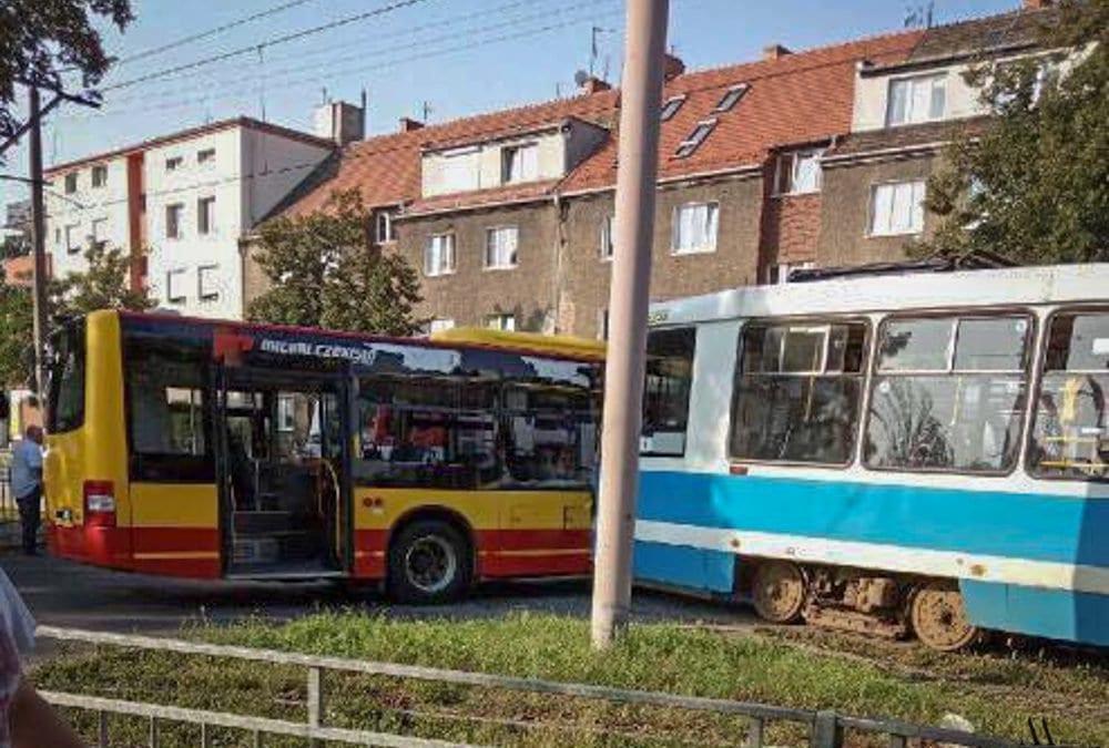 Zderzenie tramwaju z autobusem [Utrudnienia na Tarnogaju].