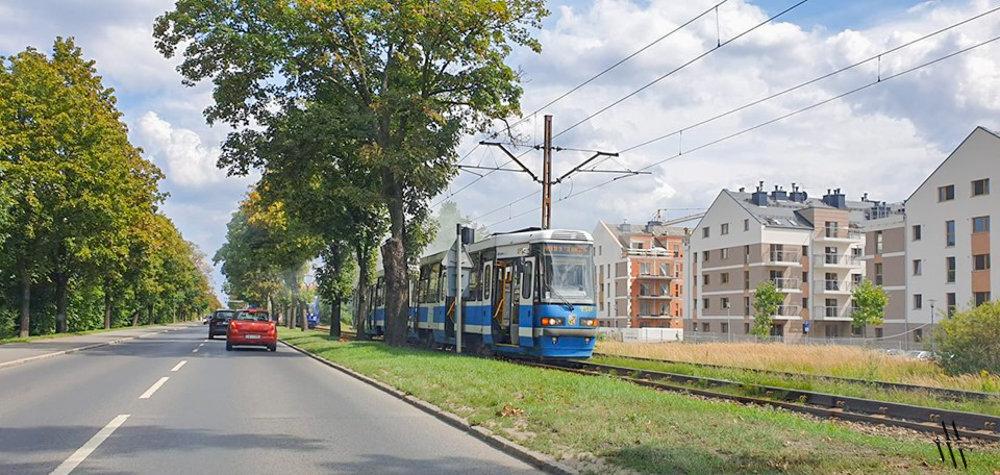 Przy ul. Kosmonautów pali się tramwaj.