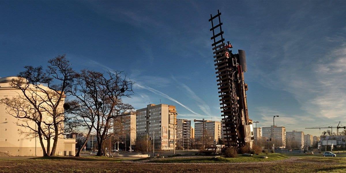 Pociąg do nieba na Placu Strzegomskim.
