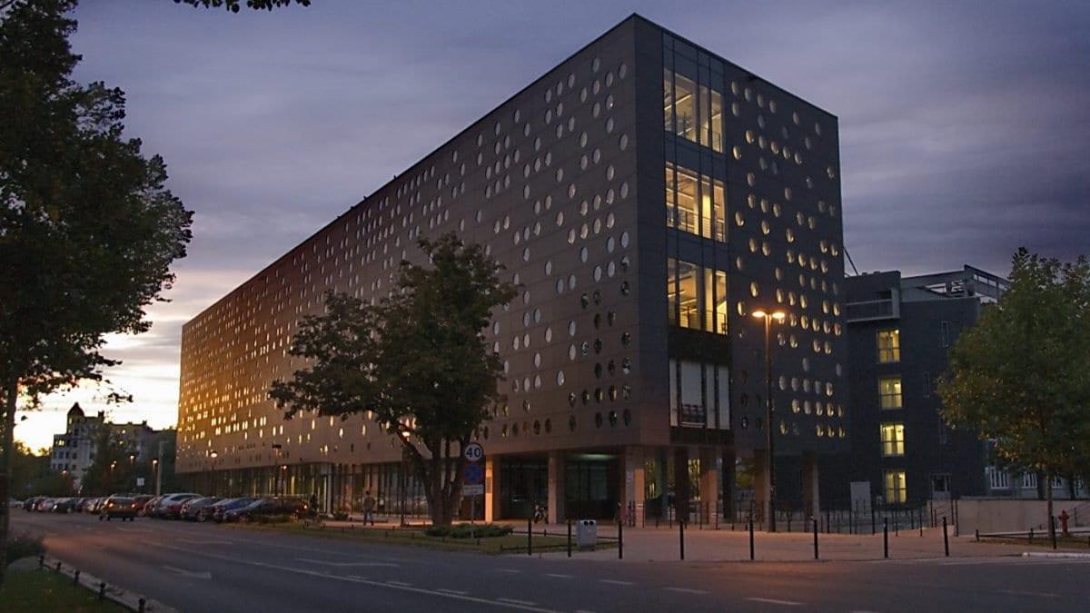 """Serowiec – najbardziej """"kiczowaty"""" budynek Politechniki Wrocławskiej."""