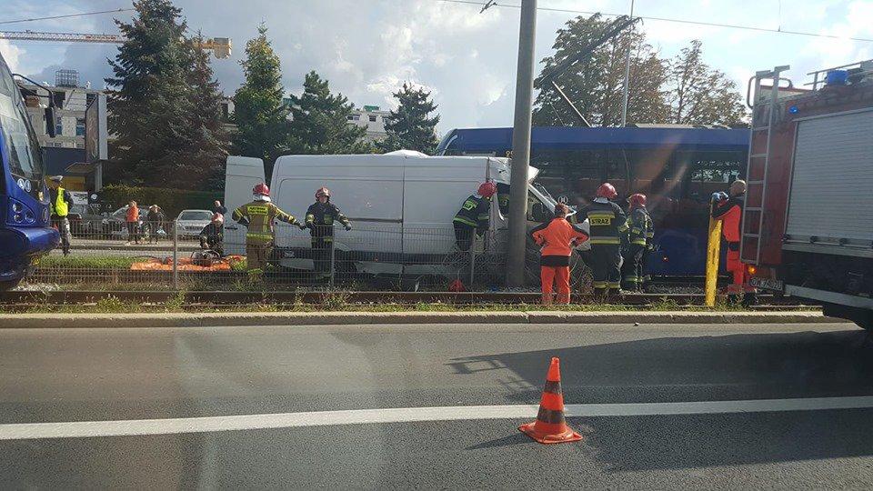Zderzenie busa z tramwajem na ul. Śleżnej [UTRUDNIENIA, OBJAZDY].