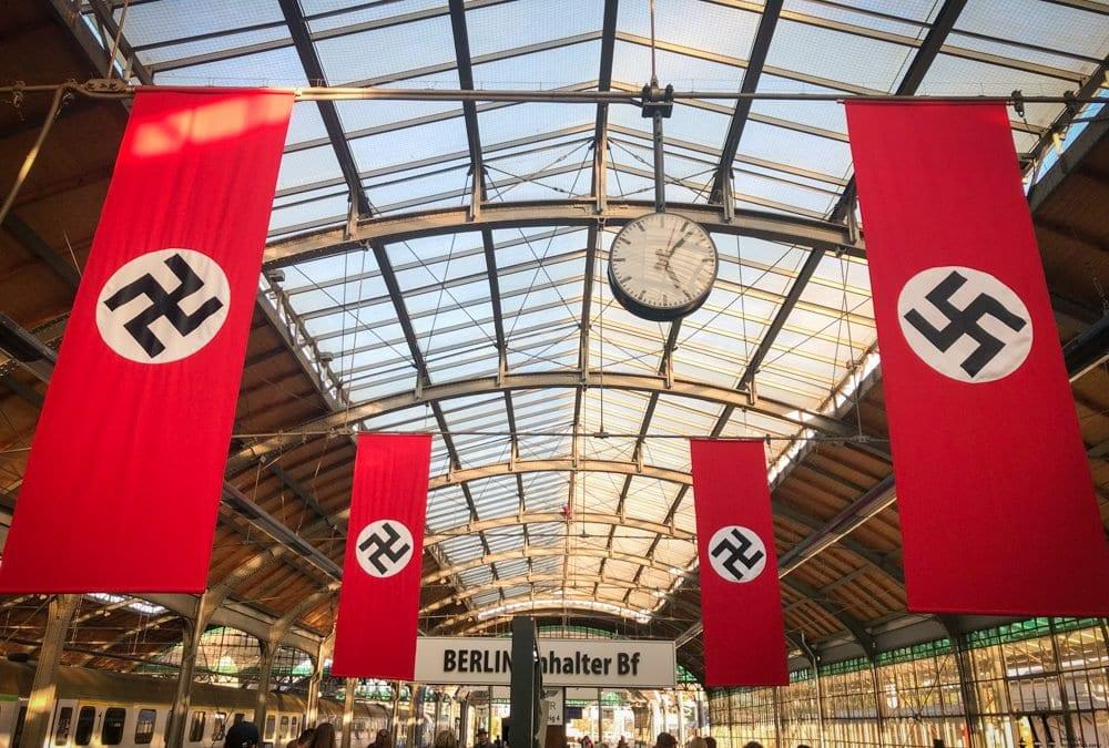 Na Dworcu Głównym zawisły swastyki.