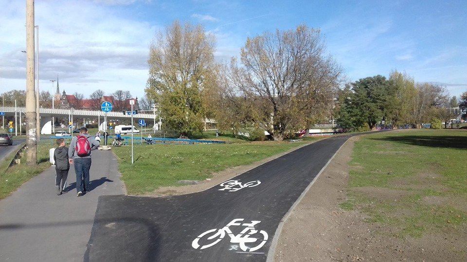 Na placu Społecznym powstała ścieżka rowerowa.