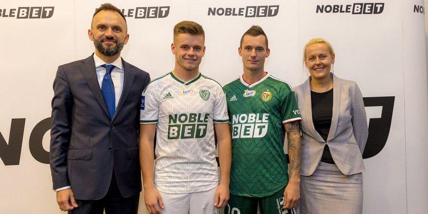 Piłkarze Śląska Wrocław z nowym logo na koszulkach. Bukmacher NobleBet wspiera wrocławski klub.