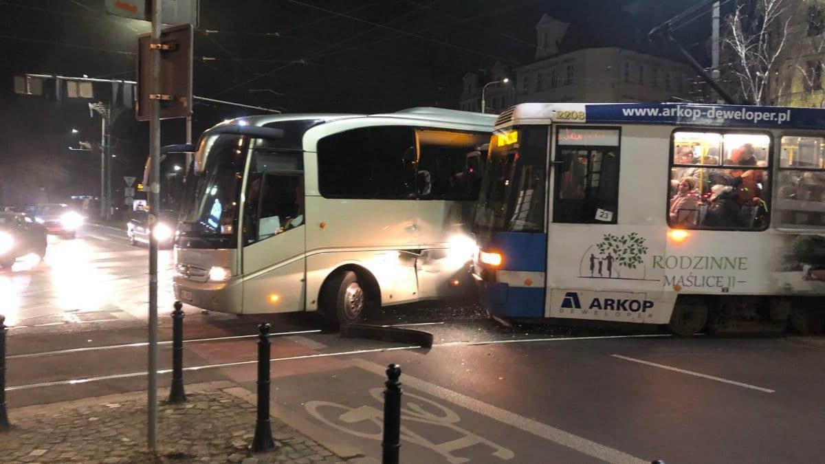 Zderzenie autokaru z tramwajem [UTRUDNIENIA].