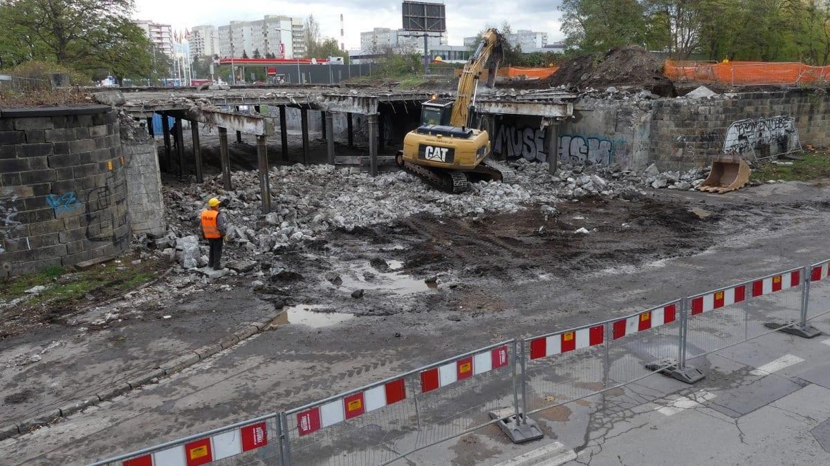 Wiadukt przy ul. Smoleckiej przeszedł do historii. W jego miejscu powstanie nowy 22-metrowy wiadukt.