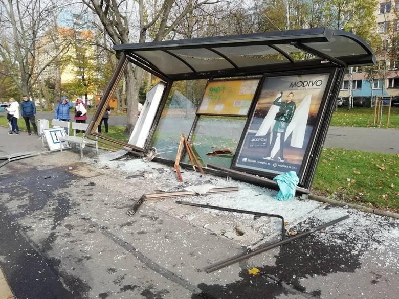 Auto wjechało w przystanek autobusowy. Trwają poszukiwania kierowcy.