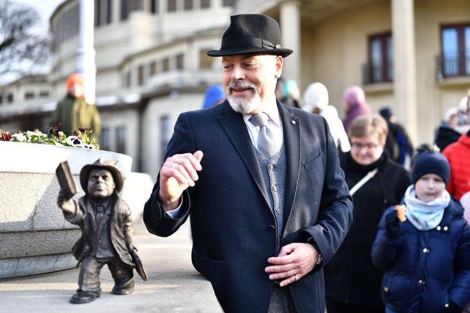 Nowy krasnal we Wrocławiu. Nazywa się Ebi i jest bohaterem powieści Marka Krajewskiego.