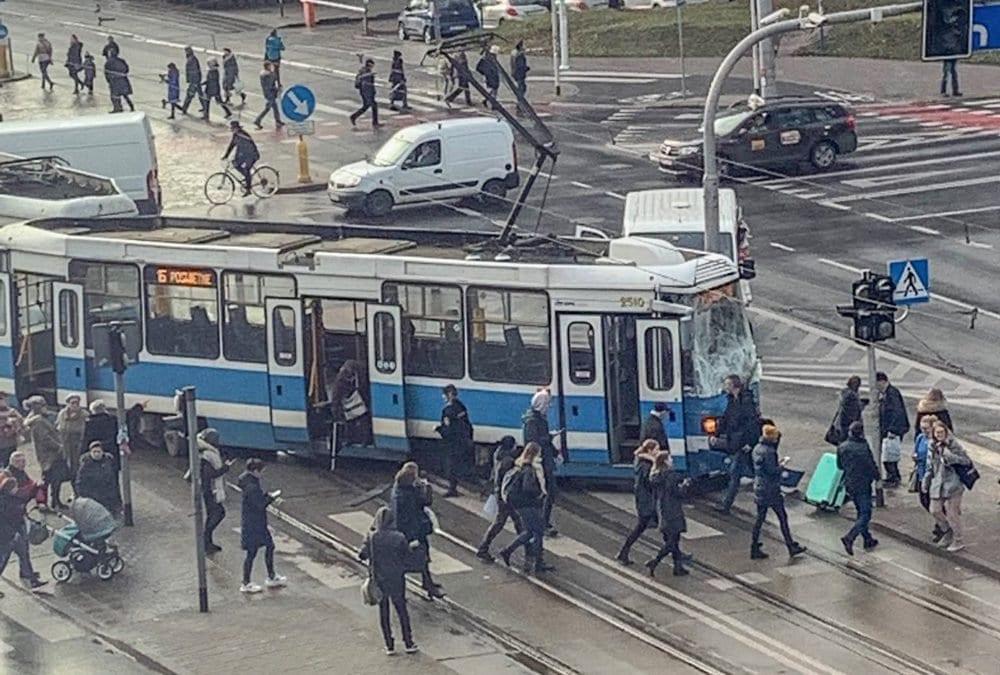 Zderzenie tramwaju z samochodem dostawczym.