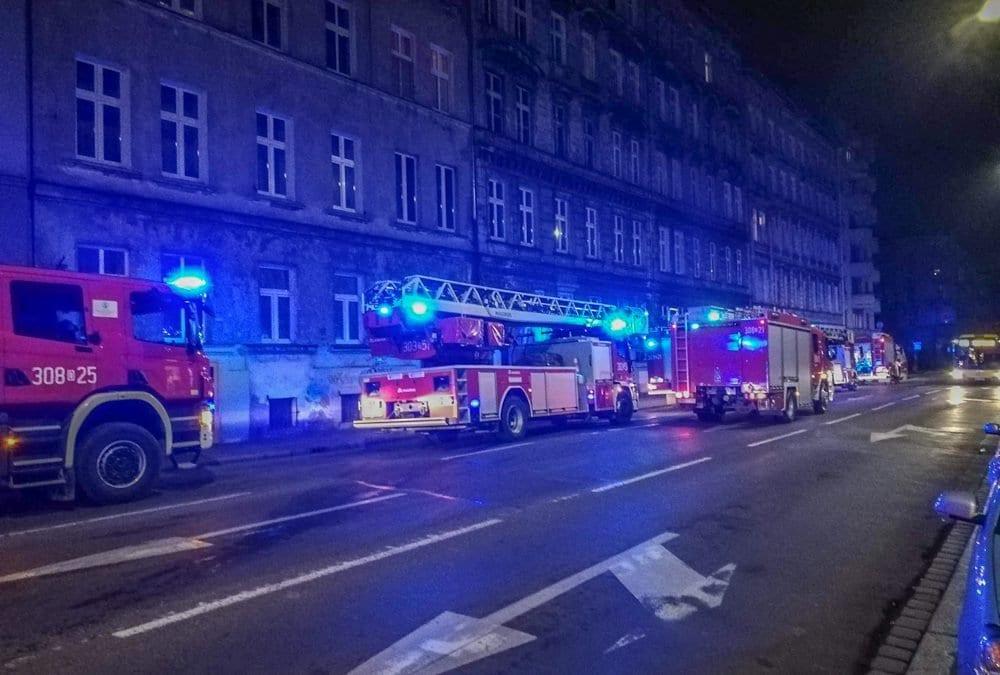 Przy ul. Krasińskiego pali się mieszkanie [WIDEO].
