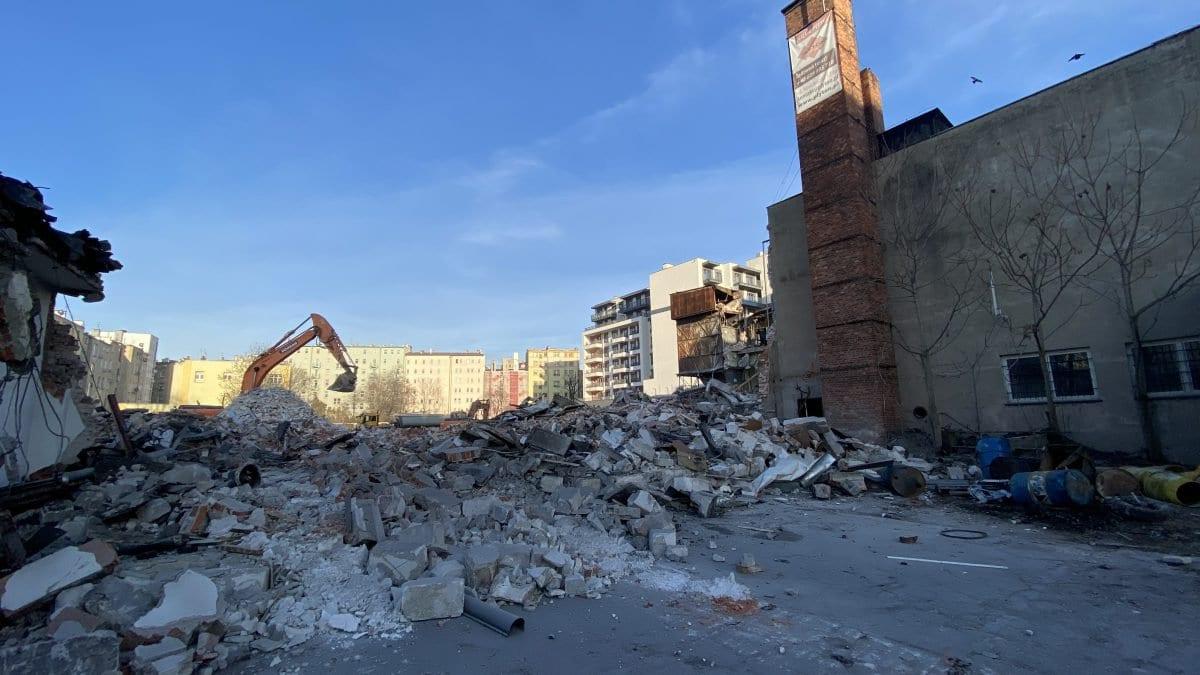 Ruszyła rozbiórka budynku po byłej fabryce samochodów we Wrocławiu.
