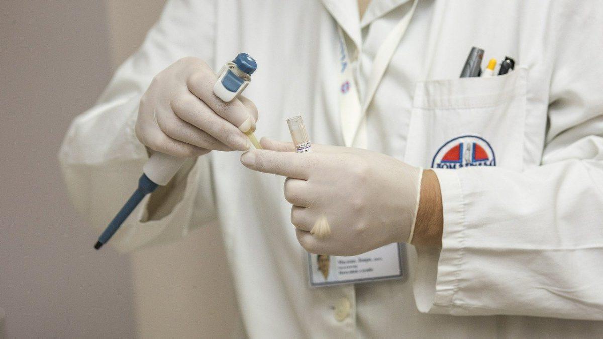 Naukowiec z Politechniki Wrocławskiej rozpracował enzym kluczowy w walce z koronawirusem.