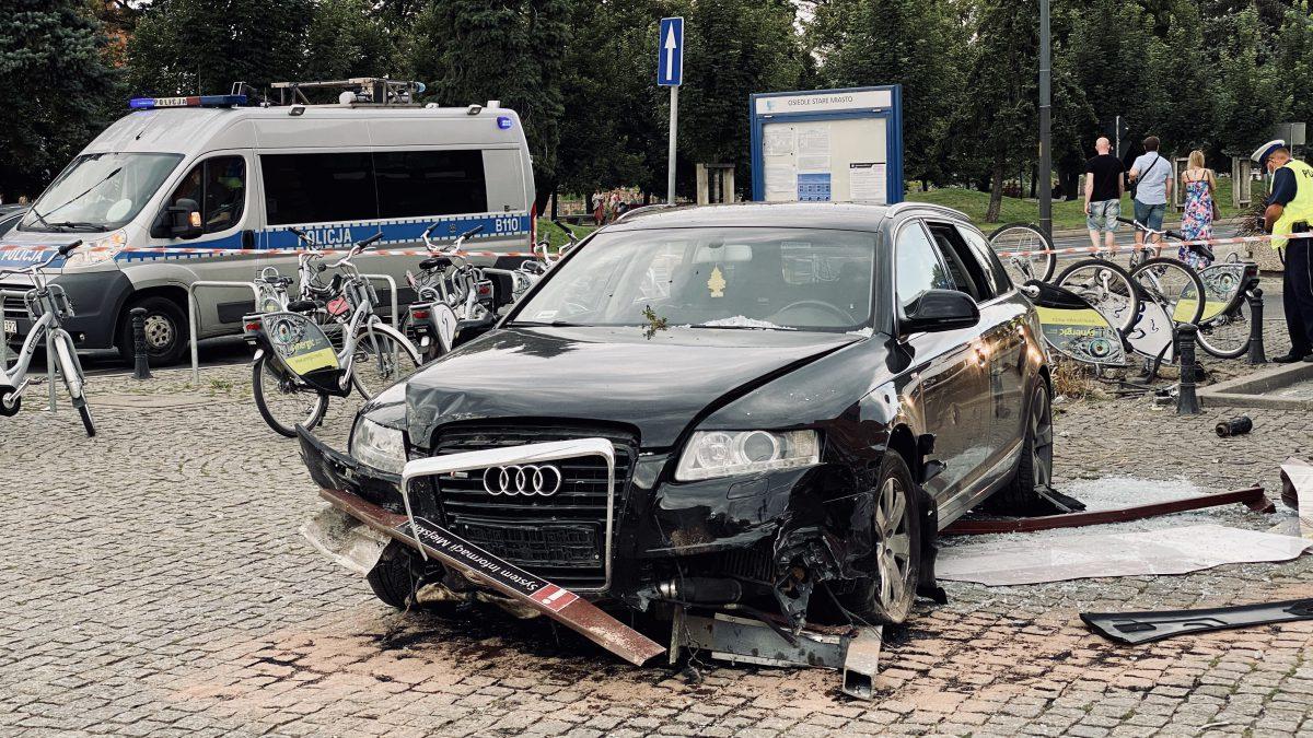 Audi staranowało rowery miejskie przy Hali Targowej [ZDJĘCIA].