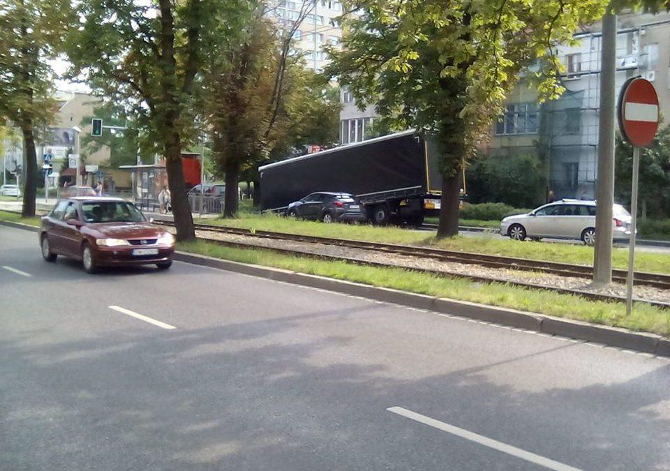 Naczepa od ciężarówki blokuje ulicę Ślężną.