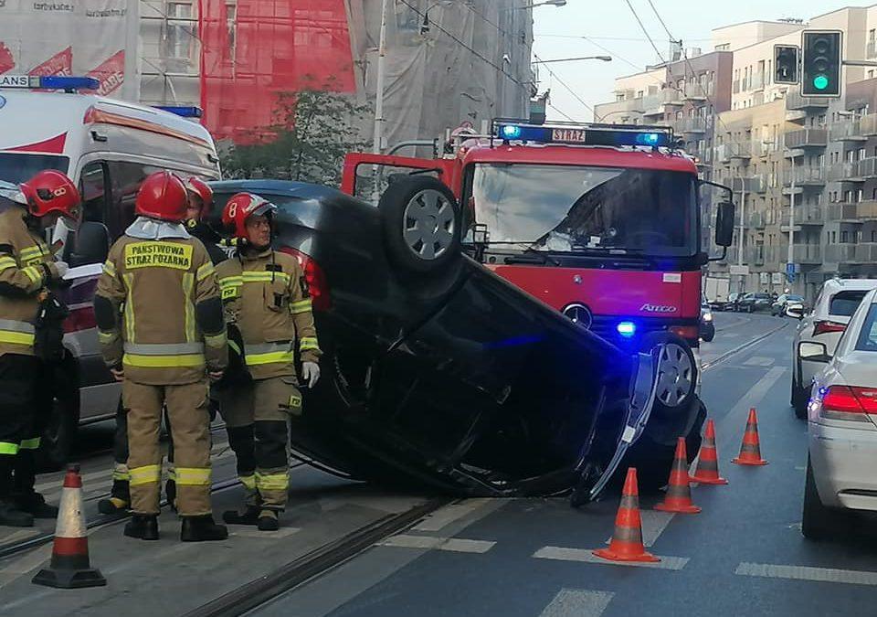 Dachowanie Skody na ulicy Jedności Narodowej [UTRUDNIENIA].