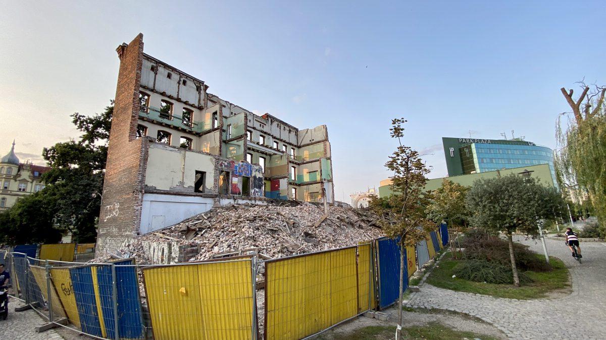Trwa rozbiórka dawnej szkoły przy ul. Drobnera. Powstanie tam apartamentowiec.
