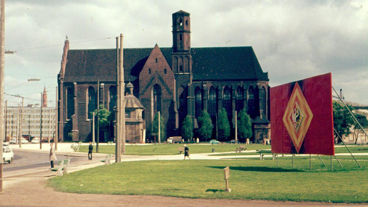Unikatowe zdjęcia placu Dzierżyńskiego.