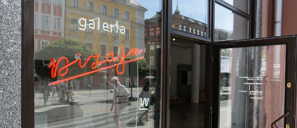 """Wystawa o wrocławskiej literze """"W"""" w galerii Dizajn BWA."""