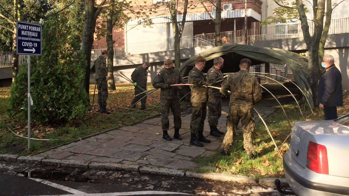 Wojsko rozstawia namioty przed Wojewódzkim Szpitalem Specjalistycznym im. A. Falkiewicza.