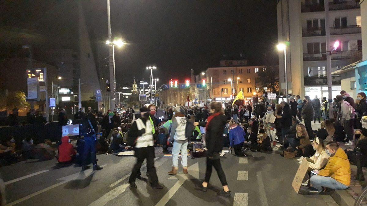 Piątkowe protesty: przemarsz przez miasto i blokada samochodowa.