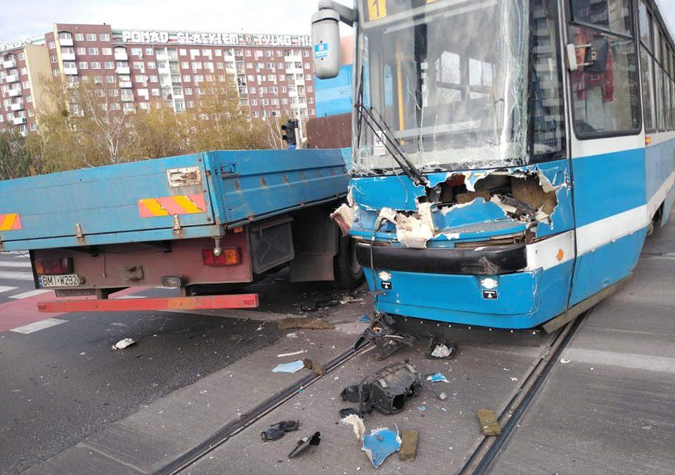 Kolizja tramwaju i samochodu ciężarowego [UTRUDNIENIA]