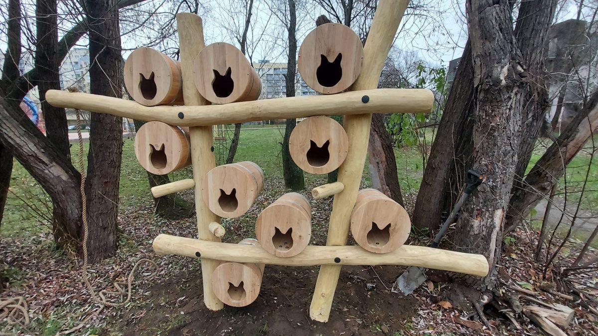 Budki dla kotów i jeży oraz kaczkomaty stanęły we wrocławskich parkach.