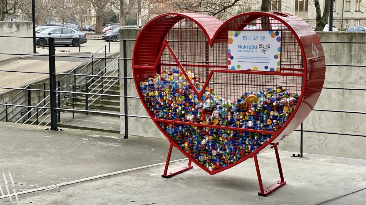 Serca na nakrętki – akcja Wrocławskiego Hospicjum dla dzieci.