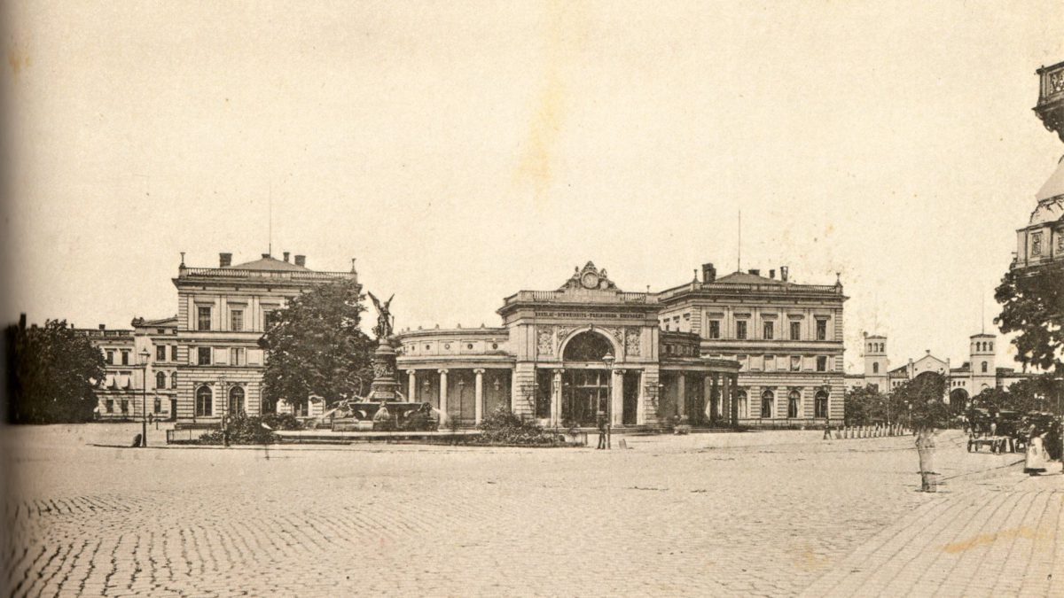 Poznaj historię wrocławskich dworców z XIX wieku.