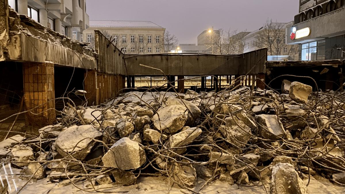 Trwa wyburzanie esplanady na wrocławskim Manhattanie.
