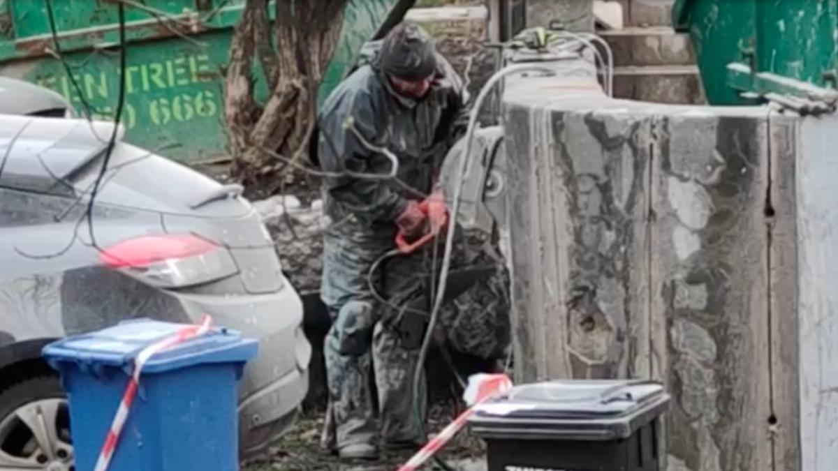 Podczas remontu budynku Fandom robotnicy uszkodzili samochody.