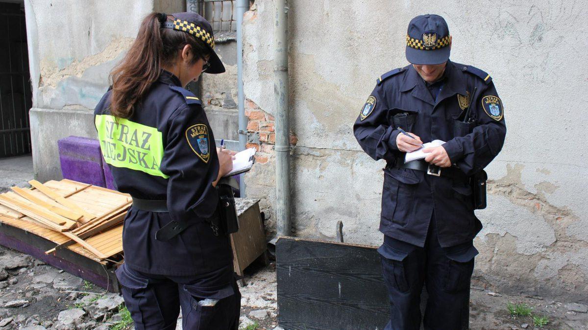 Straż miejska skontroluje piece mieszkańców.