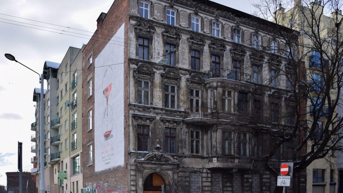 Niszczejąca kamienica przy ul. Kniaziewicza wystawiona na sprzedaż.