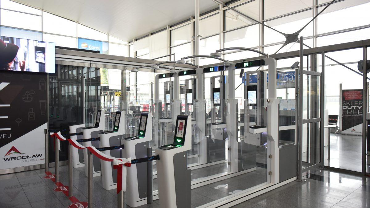Na wrocławskim lotnisku powstały bramki do automatycznej kontroli dokumentów.