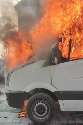 Pożar samochodu dostawczego przy ul. Racławickiej [WIDEO].