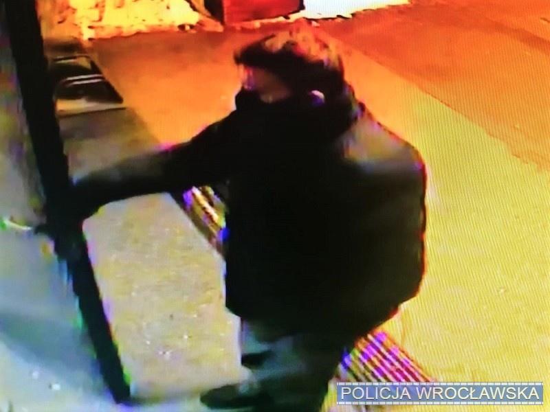 Policja nadal poszukuje mężczyzny atakującego kobiety na Psim Polu [WIDEO].