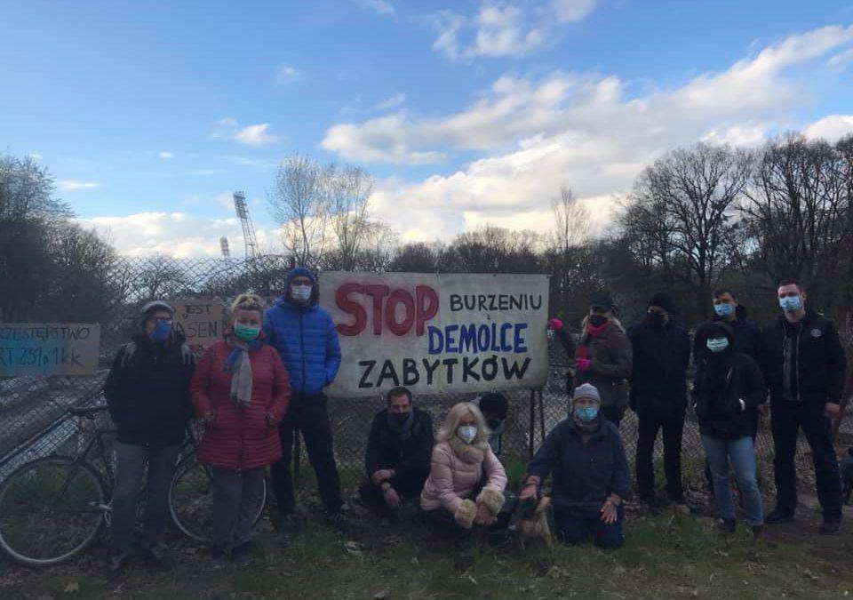 Protest mieszkańców przeciwko budowie akademika w miejscu dawnego basenu.