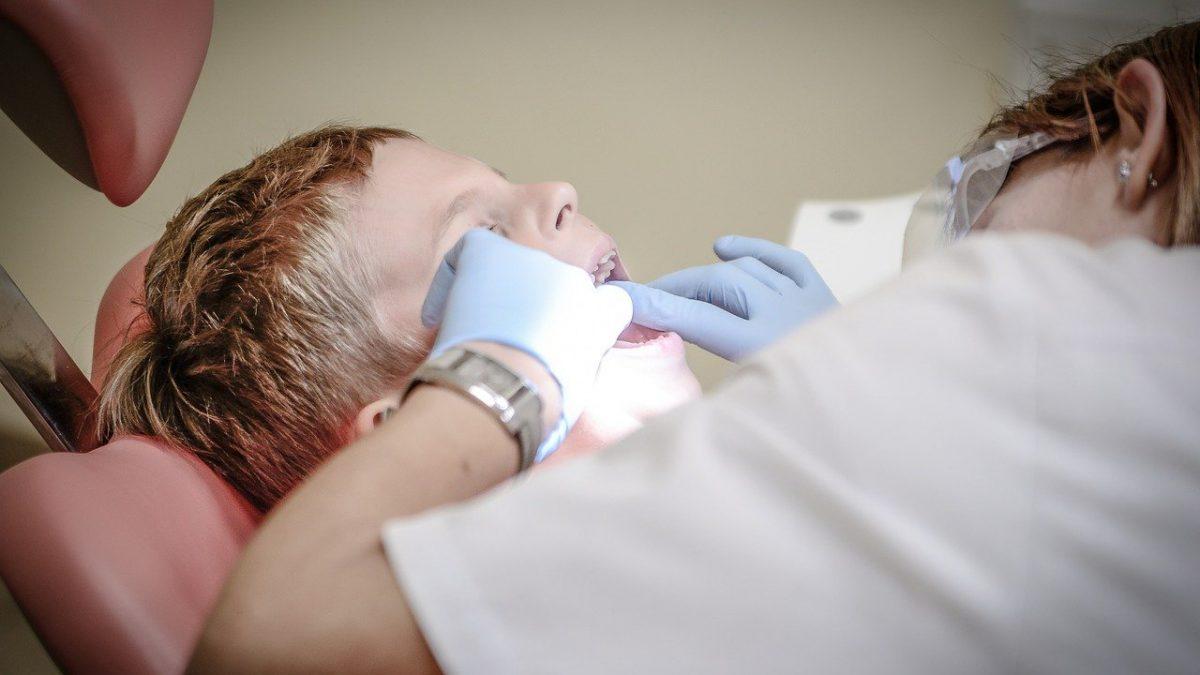 Nowe gabinety dentystyczne w szkołach i szczoteczki soniczne dla uczniów.