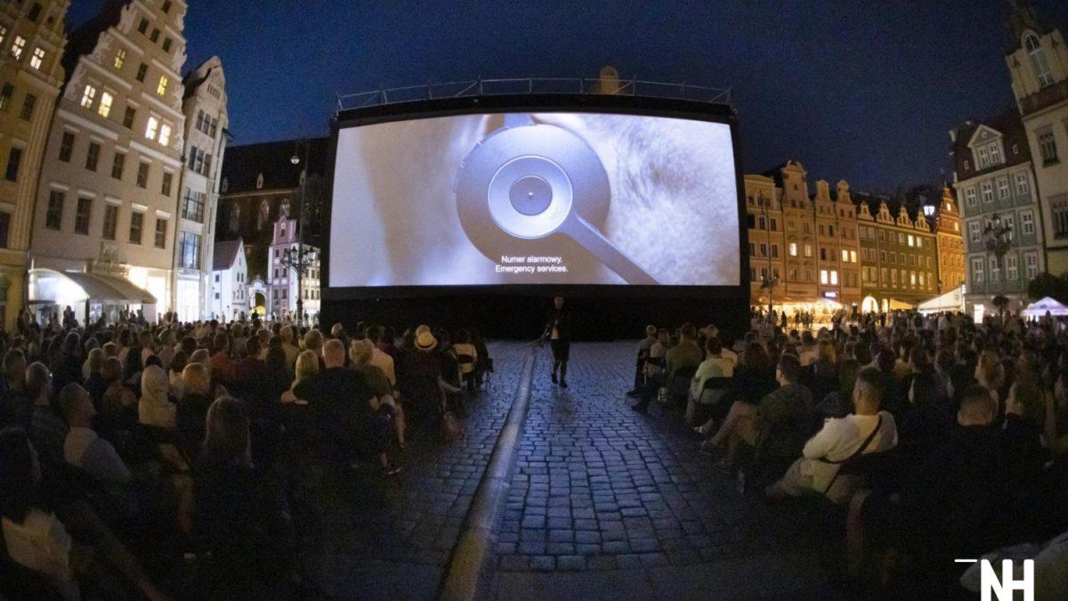 Bezpłatne kino plenerowe na wrocławskim Rynku.